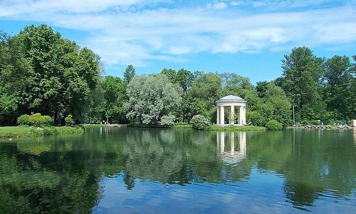 Пруд в парке Екатерингоф Санкт-Петербурга