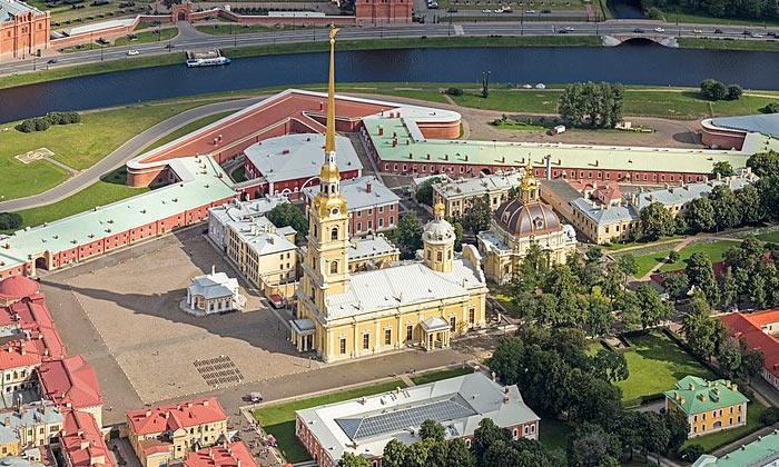 Петропавловский собор и крепость в Санкт-Петербурге