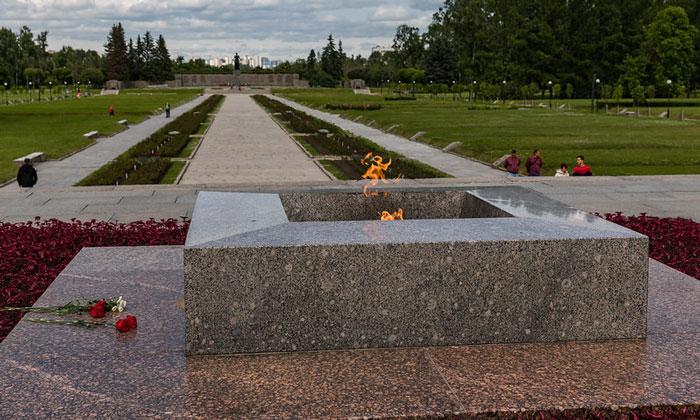 Вечный огонь Пискарёвского кладбища в Санкт-Петербурге
