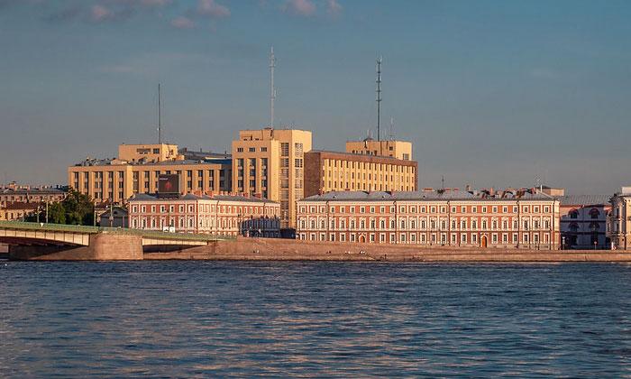 Вид через Литейный мост Санкт-Петербурга