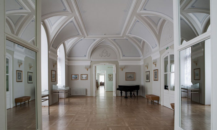 Внутри музея Бенуа в Петергофе