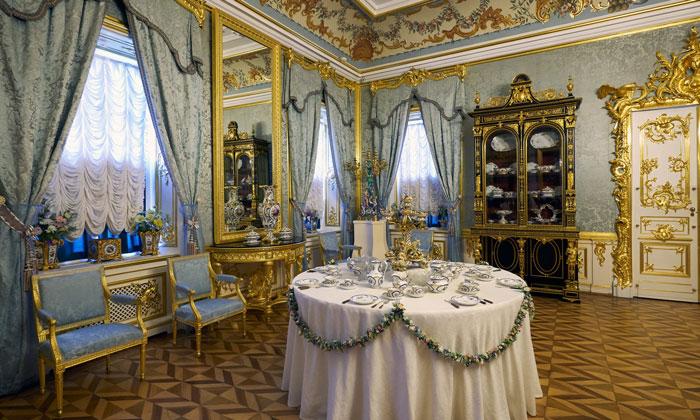Внутренний интерьер Большого дворца в Петергофе