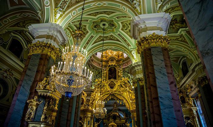Внутренний интерьер Петропавловского собора в Санкт-Петербурге