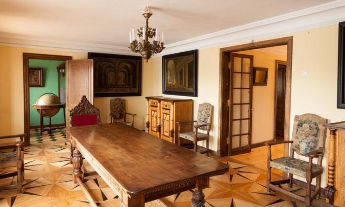 Внутри дворца Марли в Петергофе