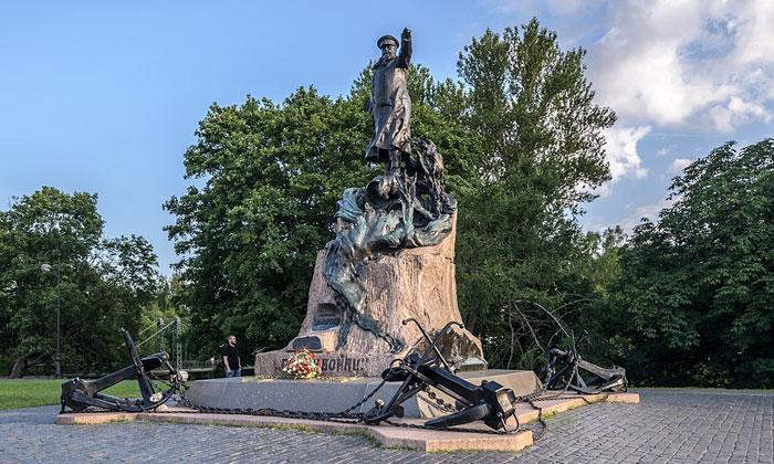 Памятник адмиралу Макарову в Кронштадте