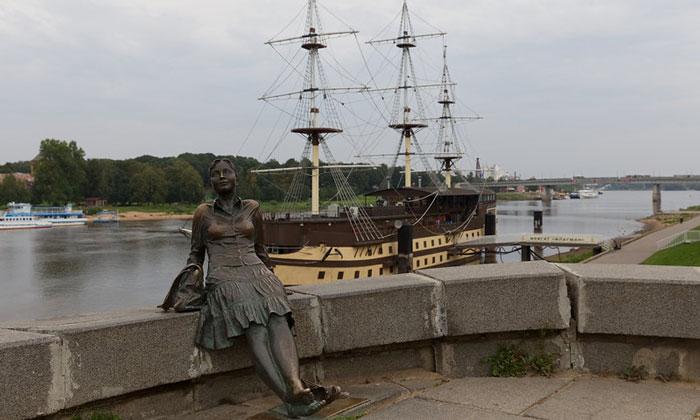 Памятник «Уставшая туристка» в Великом Новгороде