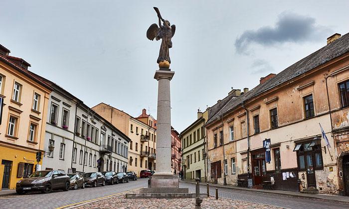 Статуя ангела (квартал Ужупис) в Вильнюсе