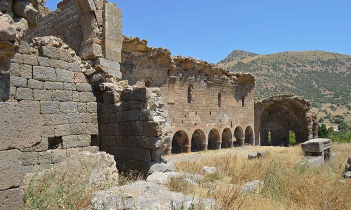 Руины церкви Маден Шехира в Турции