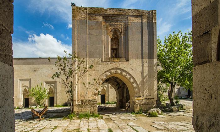 Внутренний двор Султанханы в Турции